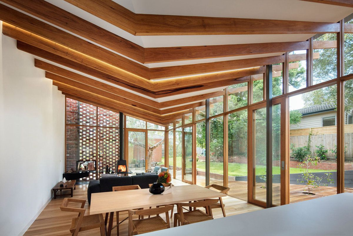 THE 'OLD BE AL' HOUSE IN MELBOURNE, A CONNECTION BETWEEN THE HOUSE AND THE OLD GROWTH EUCALYPT LANDSCAPE, DESIGNED BY FMD ARCHITECTS