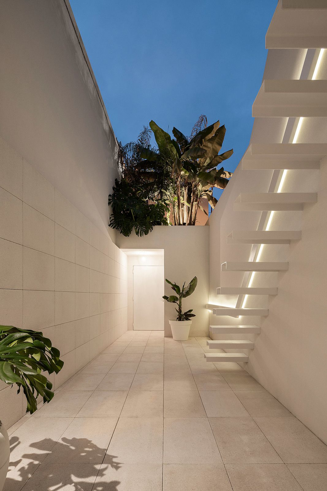 CASA BEIRA MAR, A SMALL HOUSE IN PORTUGAL, CONVERTED INTO AN INHABITED WORK OF ART BY THE ARCHITECT PAULO MARTINS.