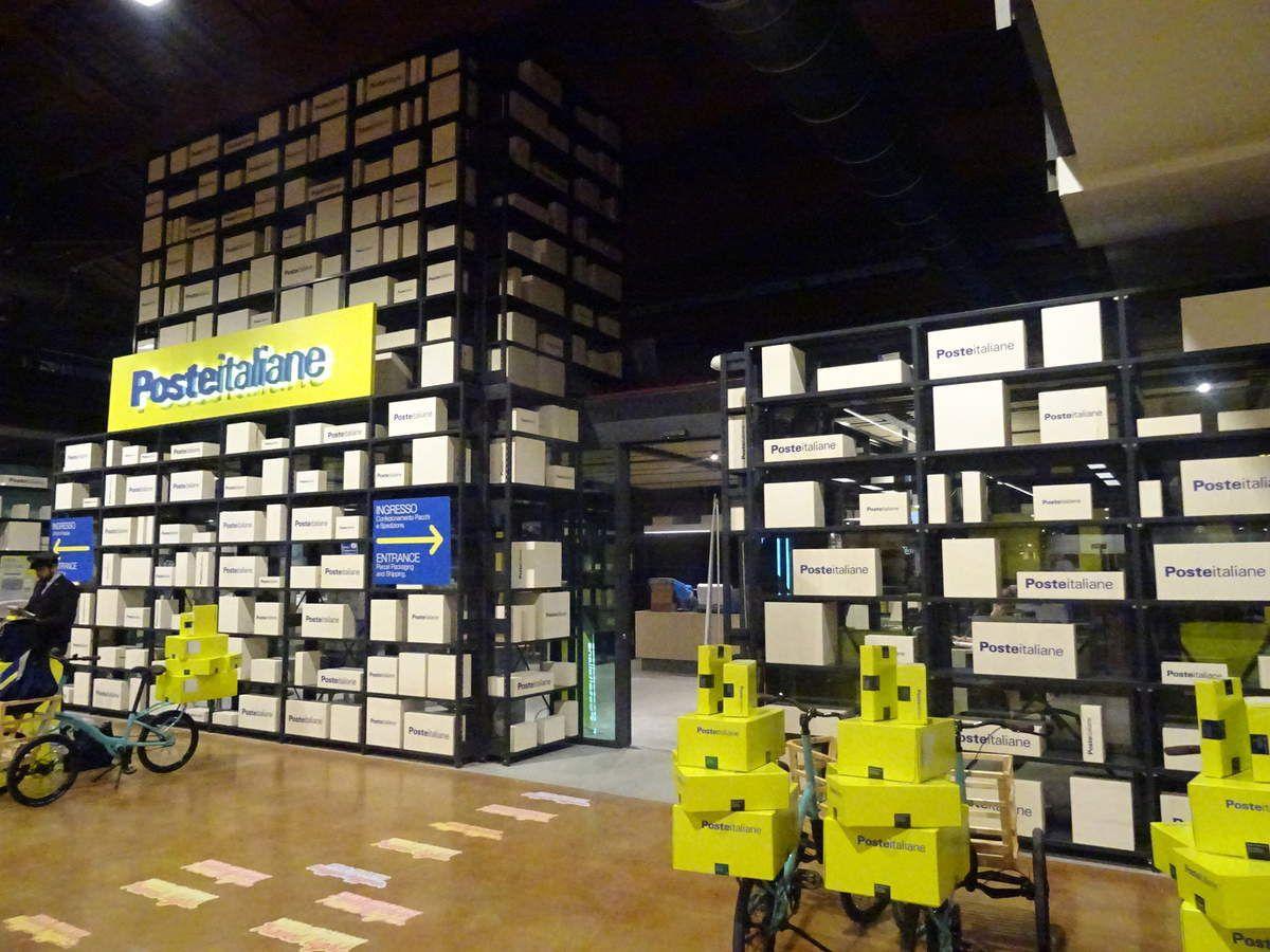 Un bureau de poste ultra moderne est ouvert en permanence juste derrière les caisses