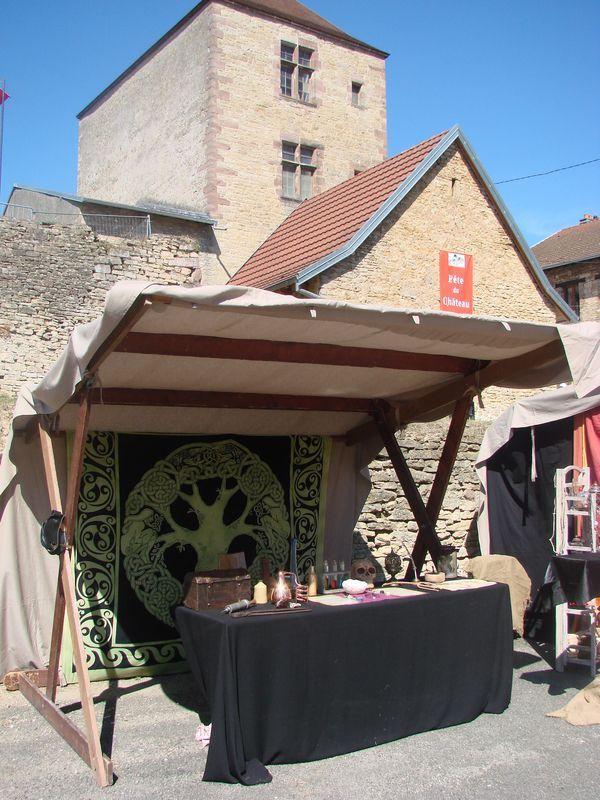 L'échoppe de maître Honorius, sorcier et alchimiste de la troupe médiévale des Compagnons de la Vouivre