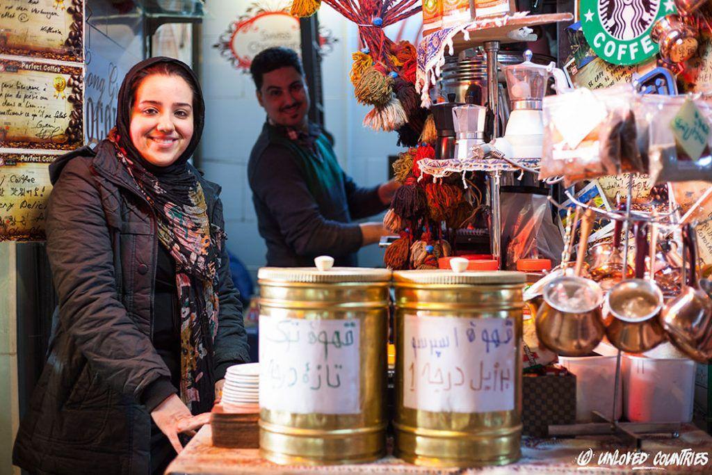 Une vendeuse dans le bazar d'Ispahan. Elle préparait du thé au safran… Magique !