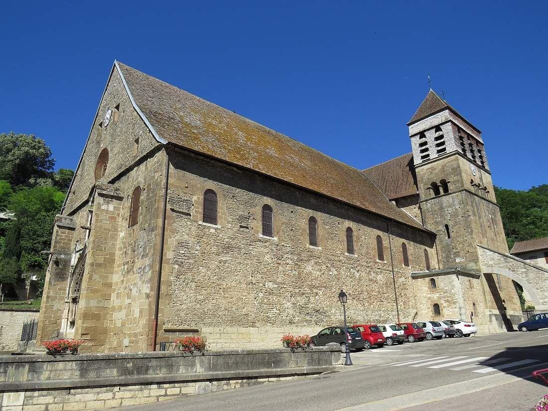 Une des fresques de l'abbatiale de Saint Chef et le monument.