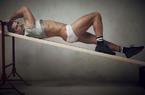 homme au look gay dans une posture lascive