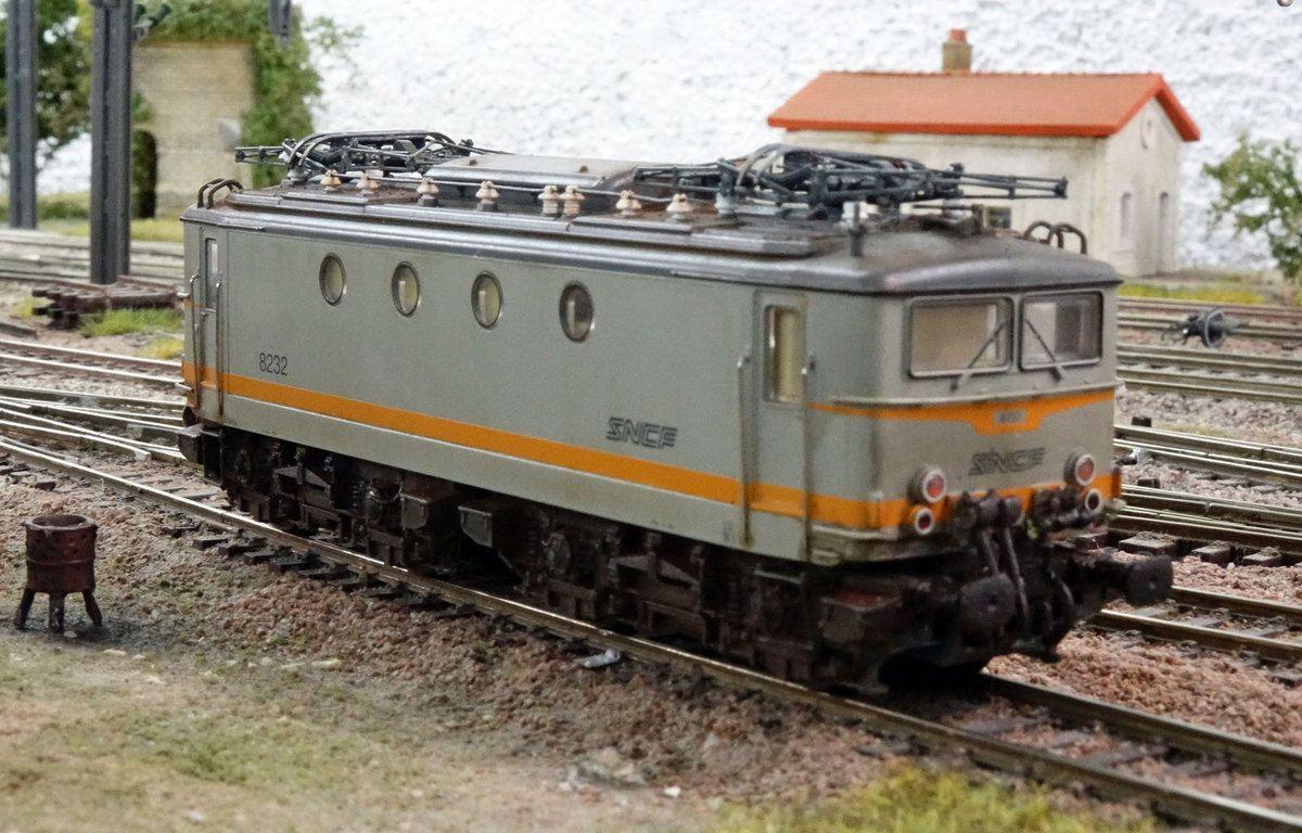 En livrée Béton, la BB 8232 fait une pause en gare de Verrières.