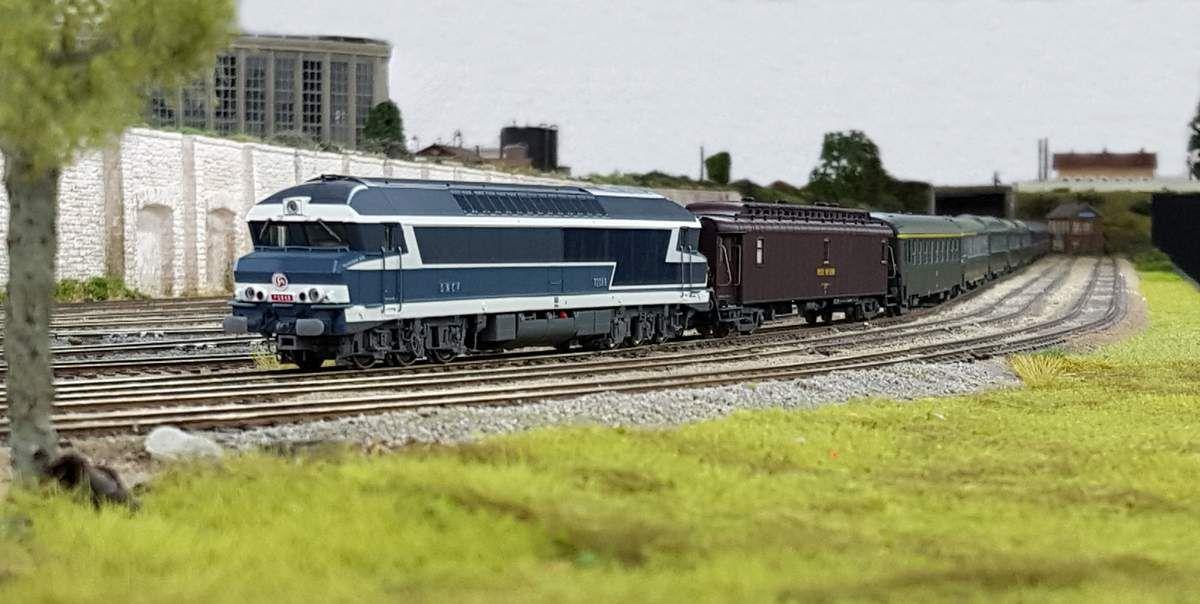 Dans le triage de Noisy-le-Petit, la CC 72048 est prête au départ en tête d'un express.