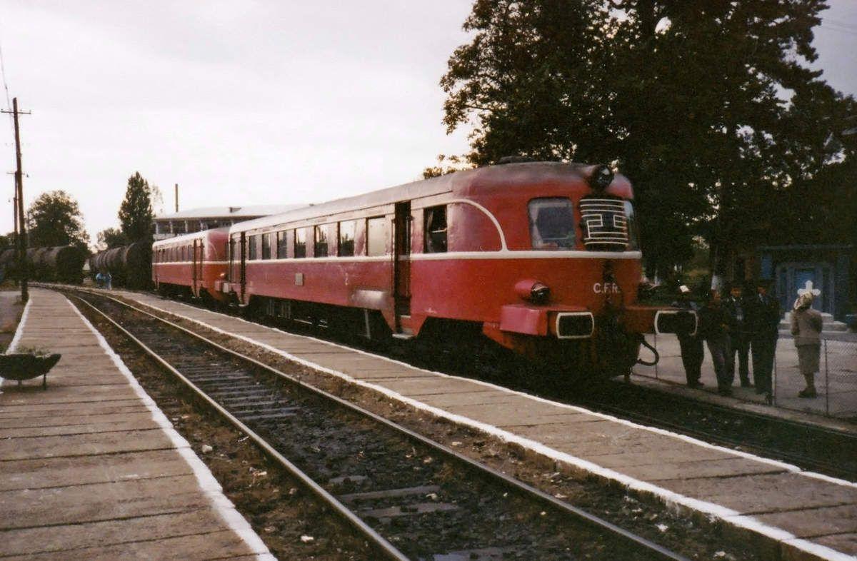 Autorails en gare d'Oravita en Roumanie en 1991.