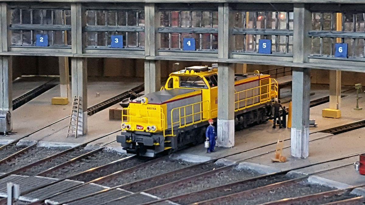 Avant de partir en ligne, un petit contrôle sur fosse s'impose pour la BB 60164 INFRA SNCF.