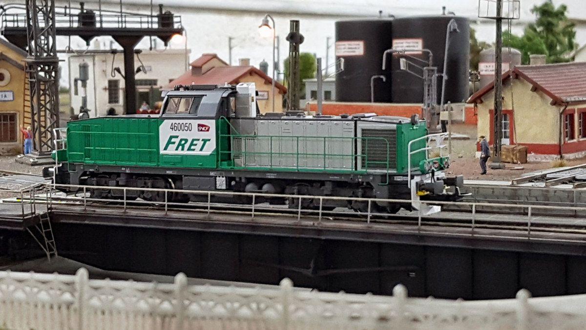 Au dépôt de Noisy-le-Petit, une BB 60000 Fret SNCF s'engage sur le pont tournant de la rotonde.