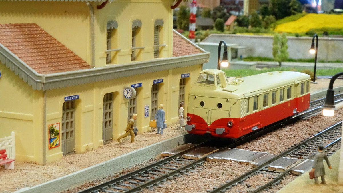 Arrêt en gare de Castelnau du train de fin d'après-midi assuré par un autorail X 5800.