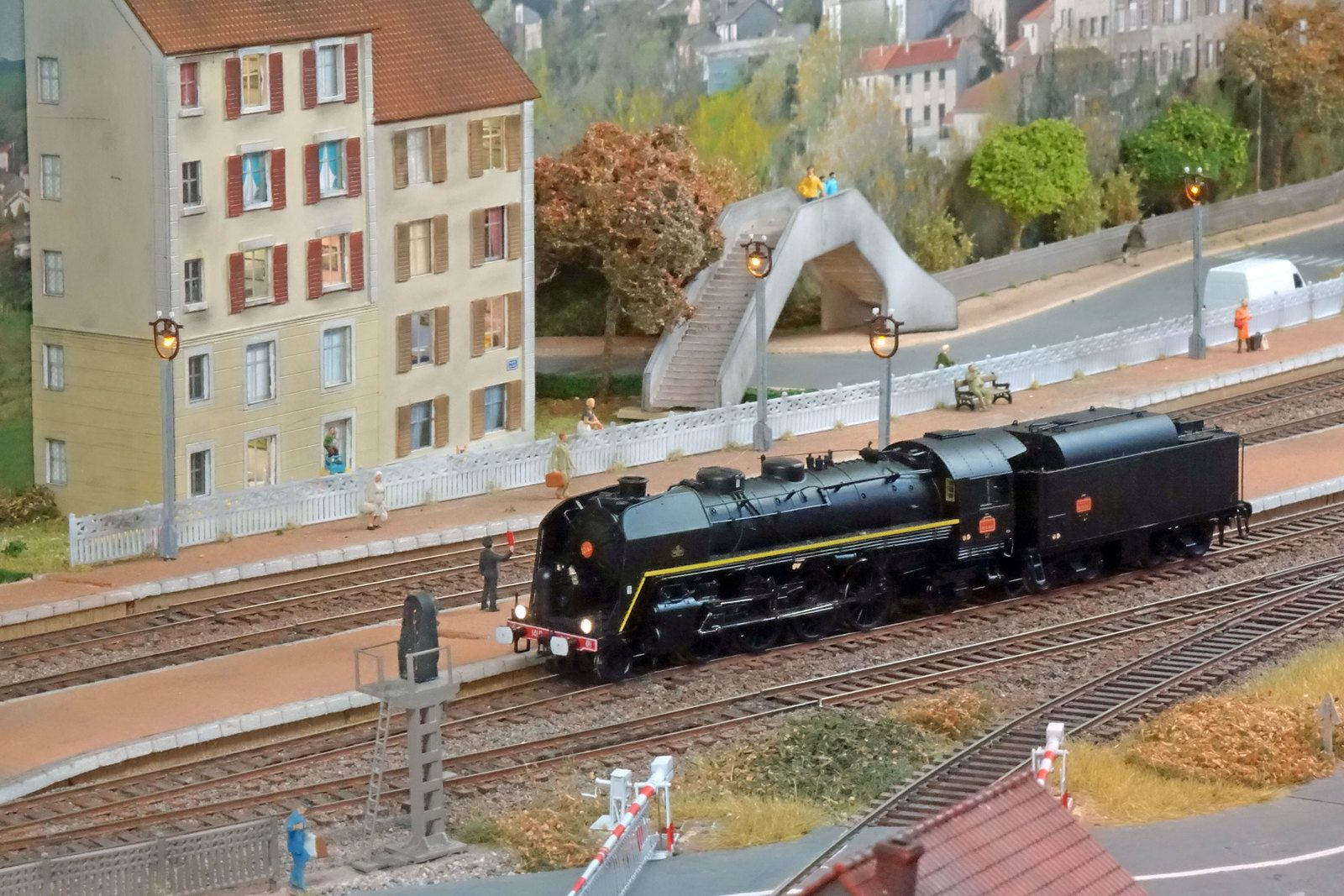 Une superbe 141 R est à l'arrêt en gare sur le réseau de l'ACMF.