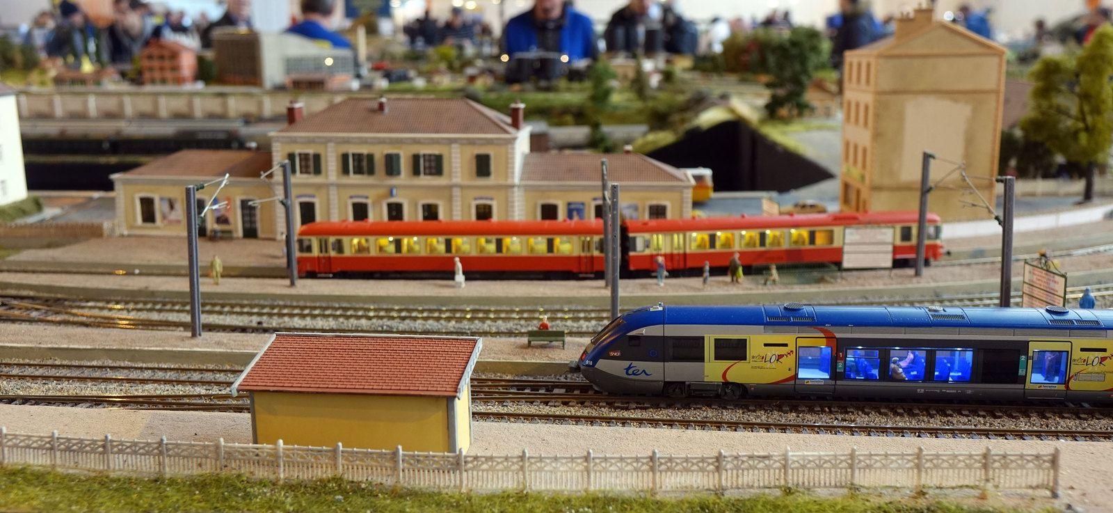 En gare de Courbeville, un X 73500 assure la correspondance de l'X 4300 venant de Castelnau.