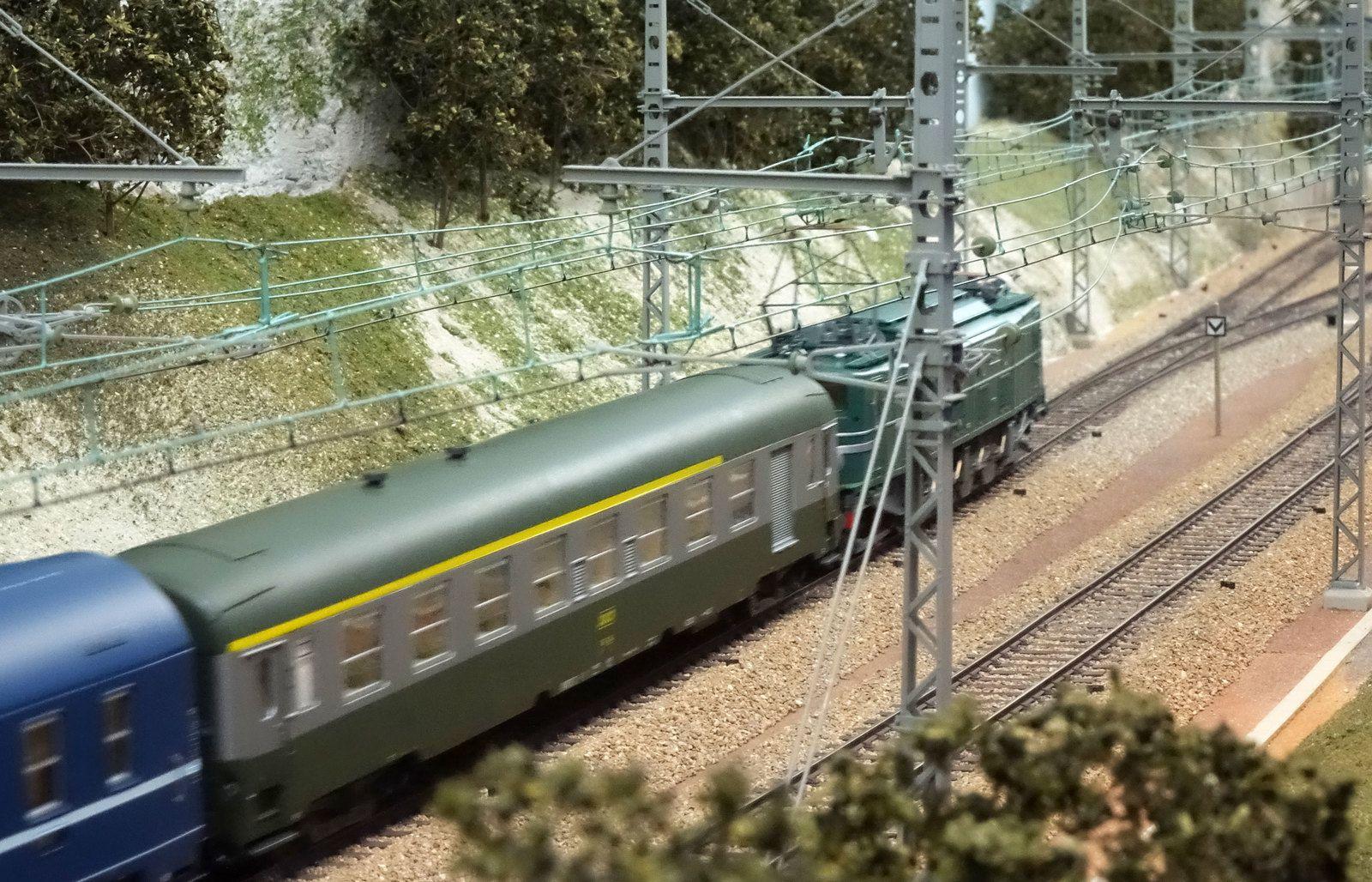 2D2 9100 en tête d'un train de nuit sur le réseau du RMB Gennevilliers.