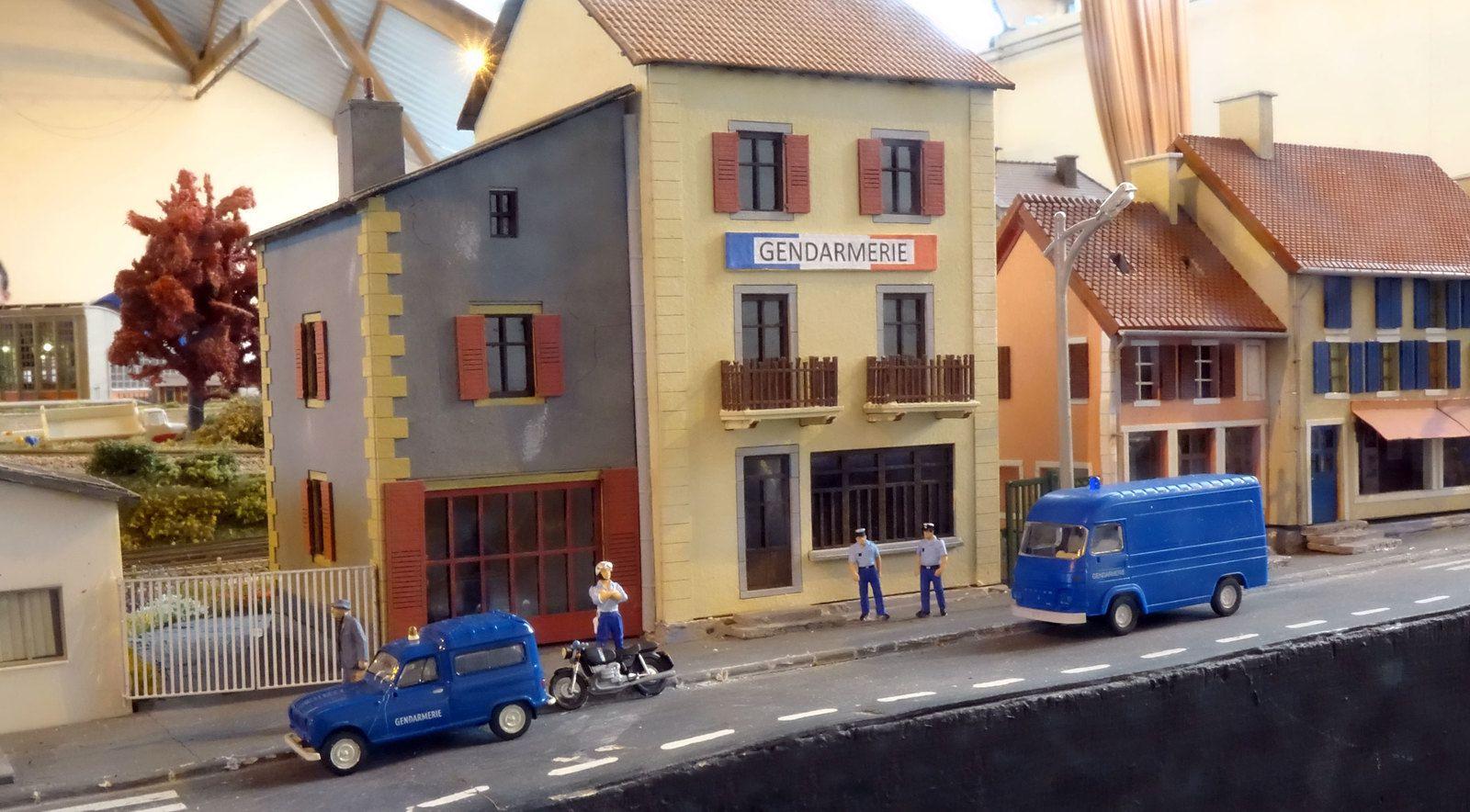 A Courbeville, la gendarmerie est installée dans la rue principale (réseau de l'AMFR).