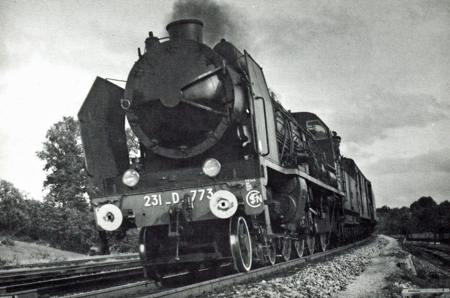 Vers 1955, la 231 D 773, en tête d'un train venant de Paris, amorce la descente vers Lisieux.