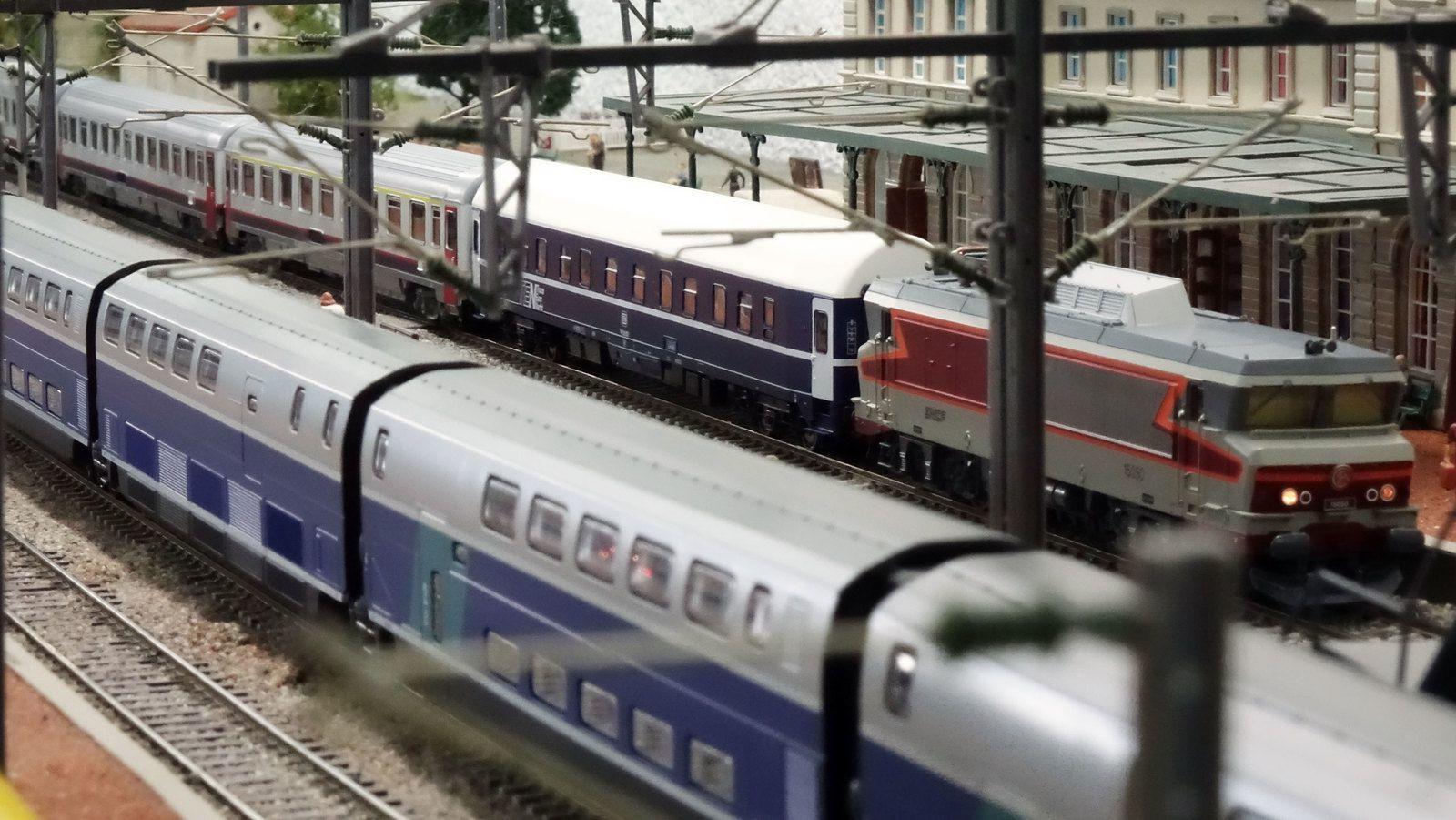 Tandis qu'un TGV Duplex est arrêté voie 3 quai 2, un train international de nuit passe sur voie 1 en gare de Verrières.