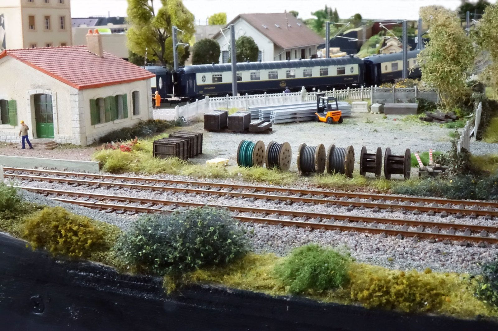 A Courbeville, dans un terrain en triangle délimité par les voies, le service VB dispose de bureaux et d'un emplacement de stockage.