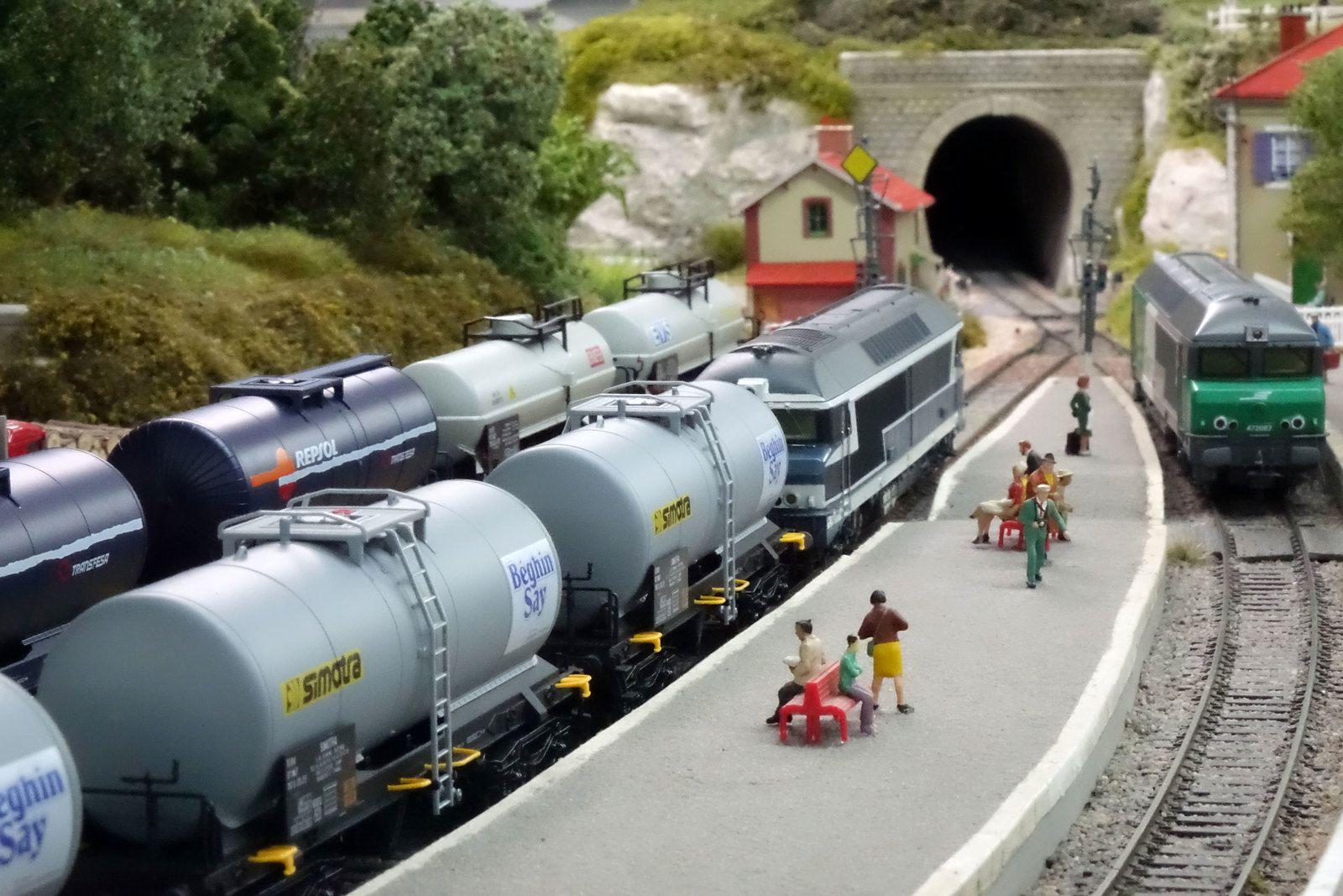 La CC 72000 Fret SNCF qui circule HLP va s'engager dans le tunnel de Bellevue avant l'autre CC 72000 qui est en tête d'un train de sucre.