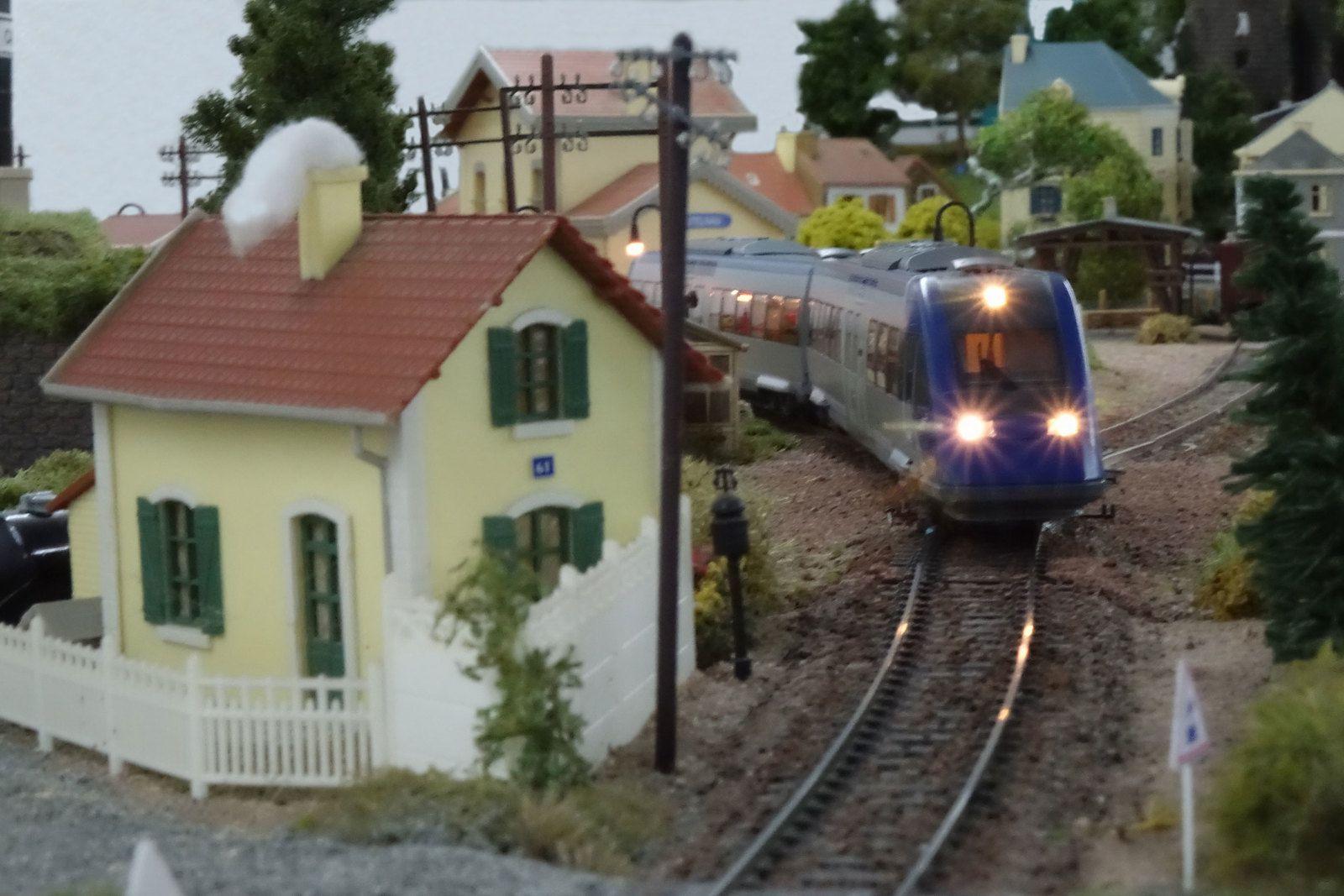 A la tombée du jour, un X 72500 quitte la gare de Castelnau et se dirige vers Courbeville.
