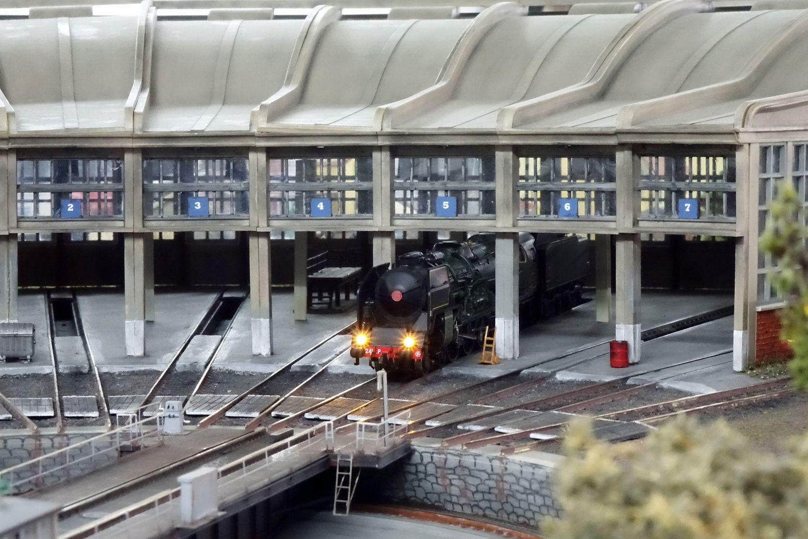 Dernière locomotive à quitter ce soir la rotonde du dépôt de Noisy-le-Petit, la 241 P 28 va passer sur le pont tournant.