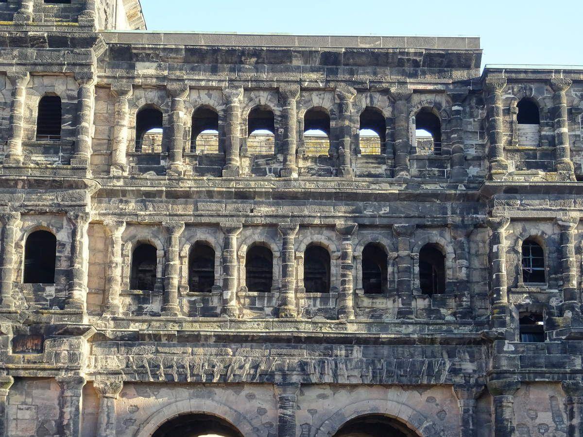 Trier-Trêves-La Porta Nigra, côté ville, détail, étages-supérieurs,Cl.FrancePoulain-NicolasWasylyszyn-2016, Allemagne