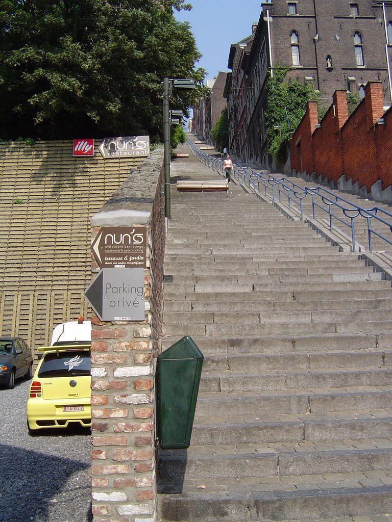 Liège, le Grand Escalier en bas, à gauche le mur de retenue de la terre, parking, Cl. Elisabeth Poulain