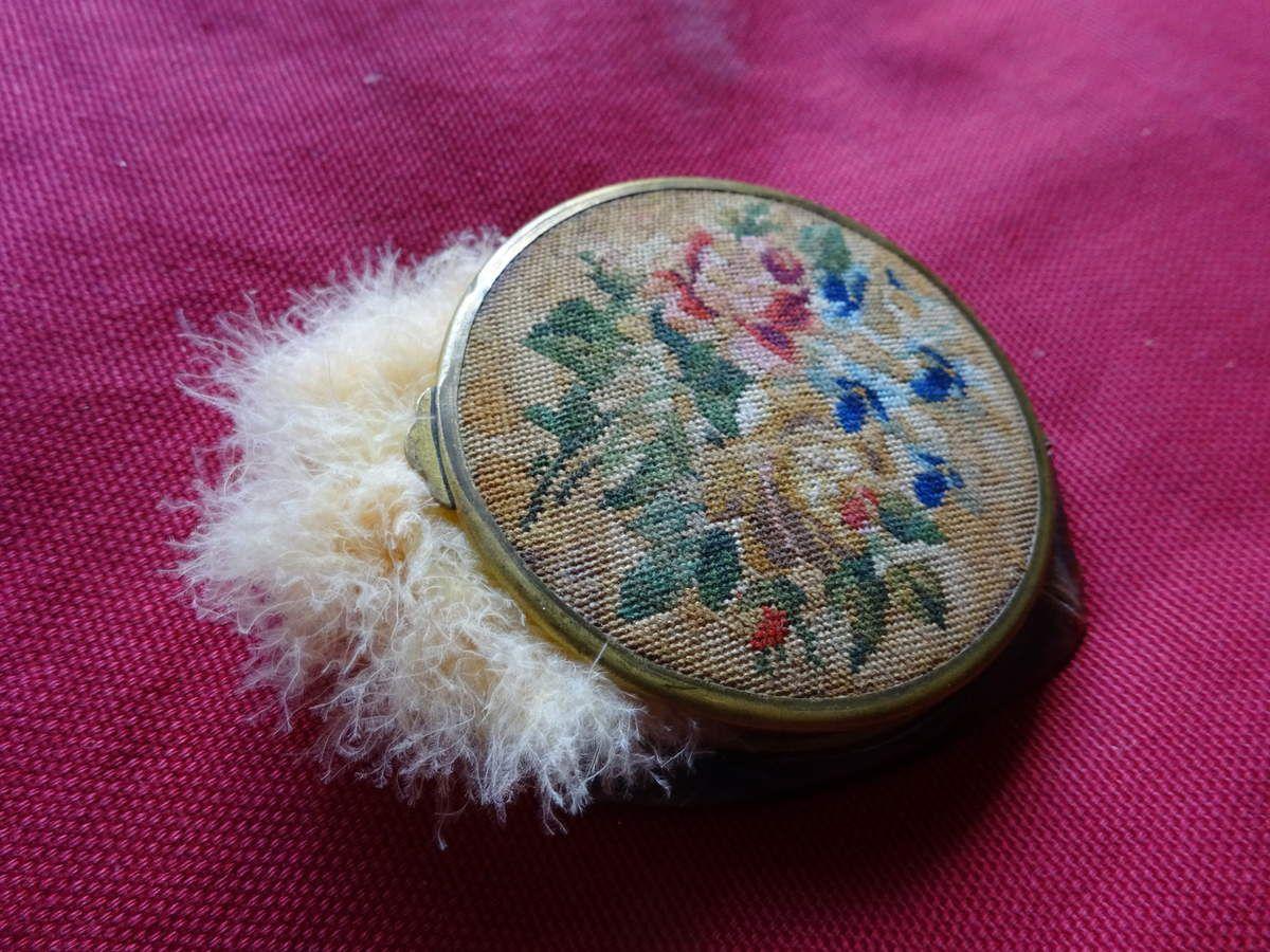 Poudrier ancien avec des fleurs sur le boitier, houpette, Cl. Elisabeth Poulain