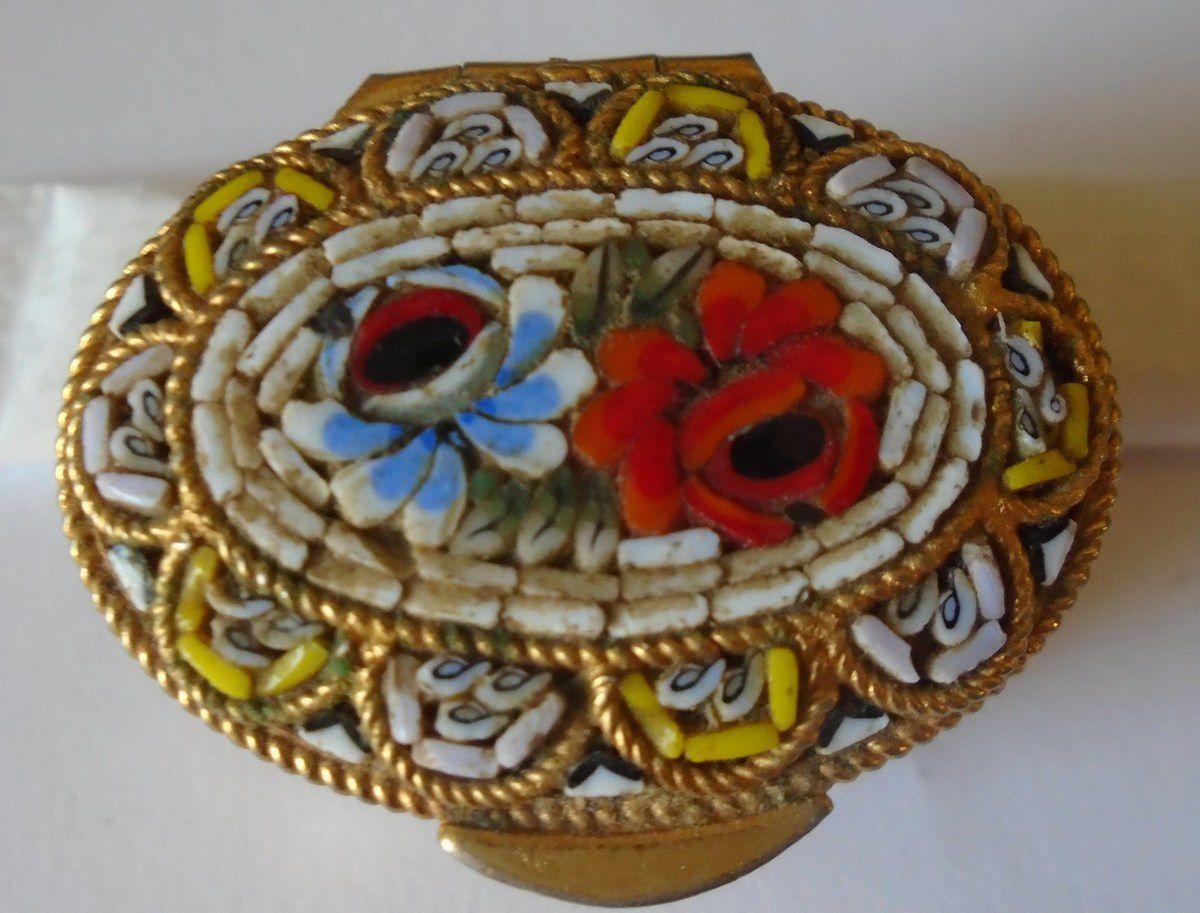 """Pilulier """"aux fleurs"""" venant d'Italie, Cliché Elisabeth Poulain"""