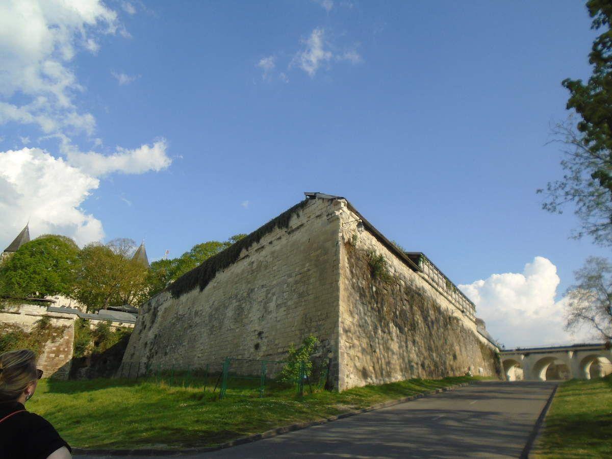 Saumur, Hauts-Murs dans la ville & Un des angles des fortifications du Château, Cl. EP
