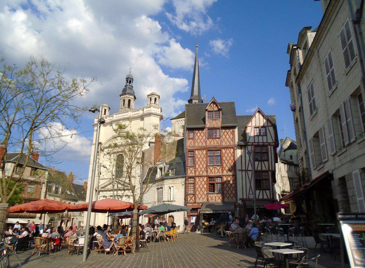 Château de Saumur, des pensées en parterre, des roses, des lilas en descendant par le chemin...Cl. EP