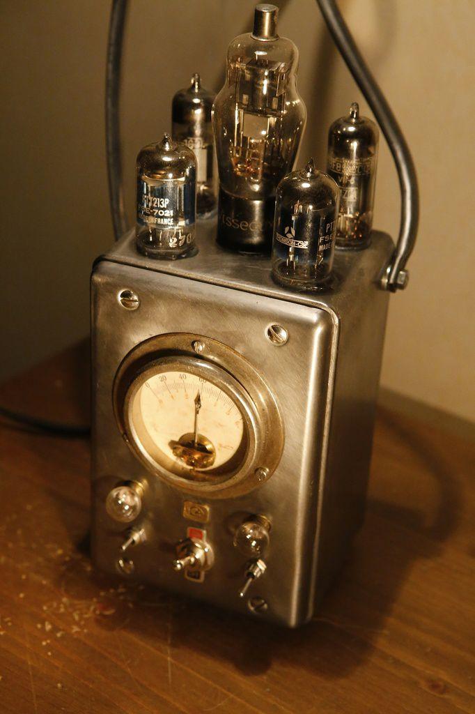 Création pièce unique lampe art récup esprit vintage et atelier, voltmètre, ampoules tubes radio TSF