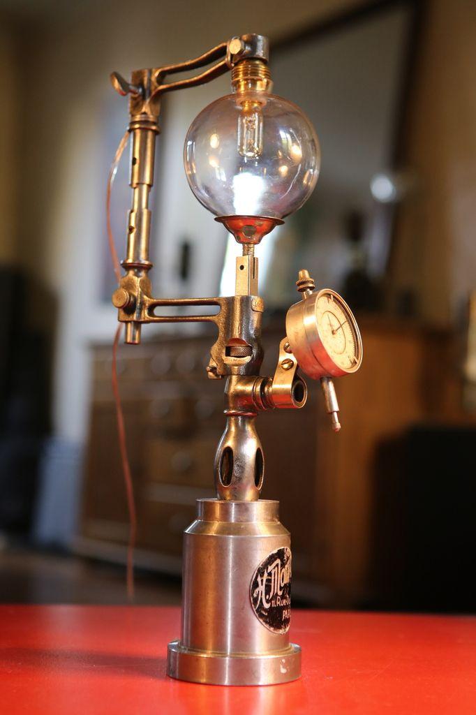 Création lampe récup bizarre en métal et verre, esprit steampunk et chimie