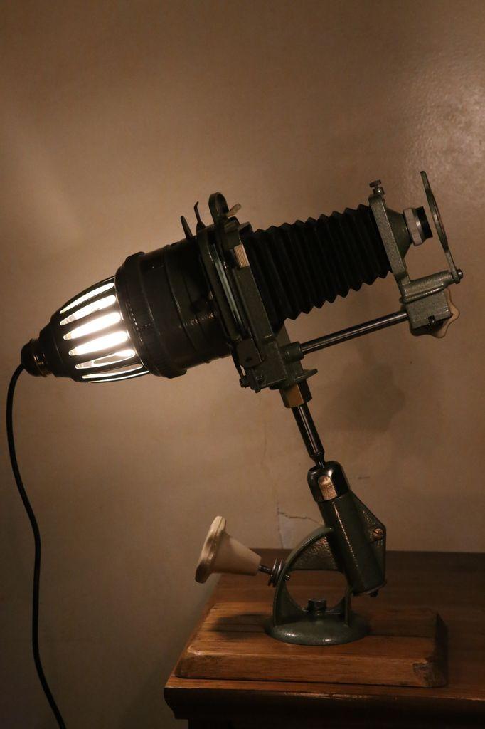 Création détournement ancien agrandisseur photo vintage en lampe bizarre, seconde vie, recyclage,