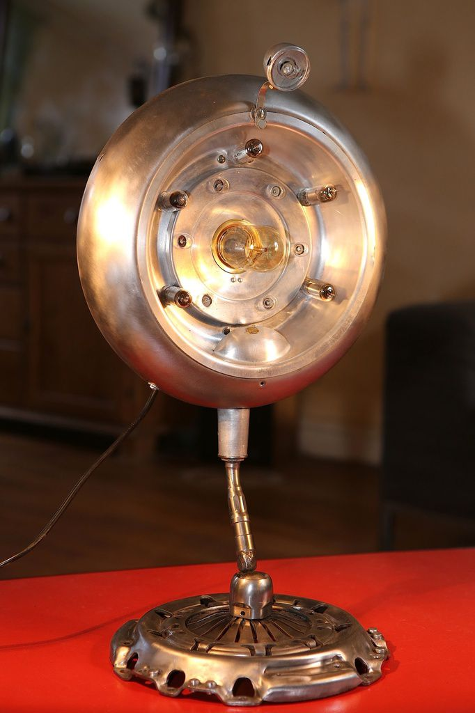 Création d'une lampe bizarre unique récup recyclage ancien chauffage Calor, embrayage de moteur, métal, esprit atelier et industriel