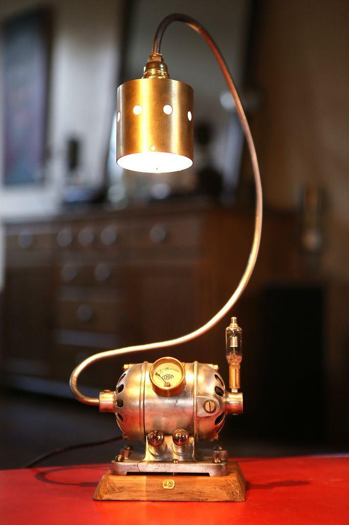 Création unique luminaire lampe récup' recyclage vintage moteur et manomètre atelier industriel esprit Steampunk