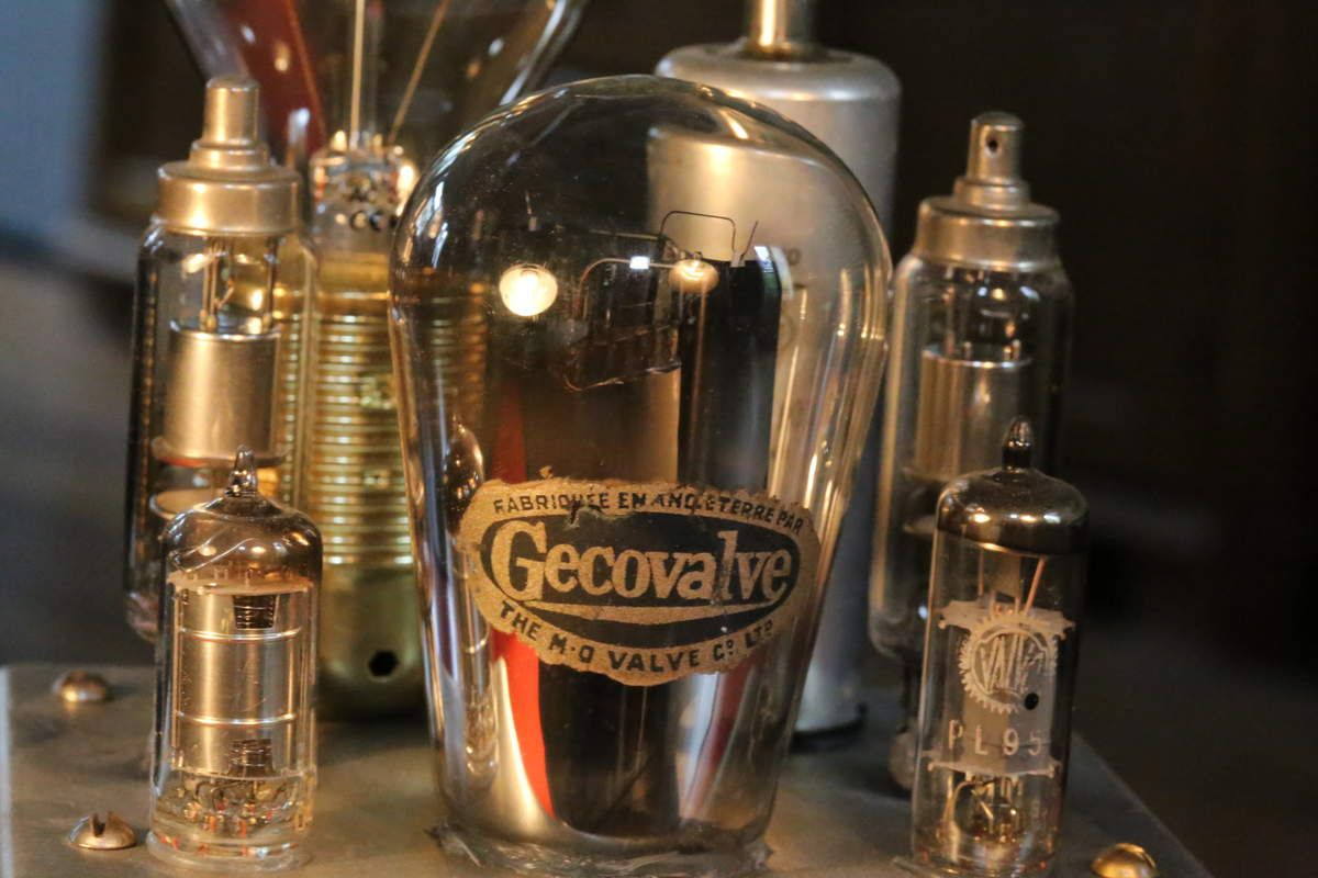 Création luminaire lampe récup vintage esprit Steampunk et scientifique, voltmètre, ampoule tube de radio TSF