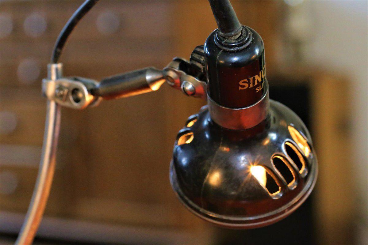 Création unique lampe récup détournement pédale et abat jour vintage en bakélite de machine à coudre Singer, atelier de couture
