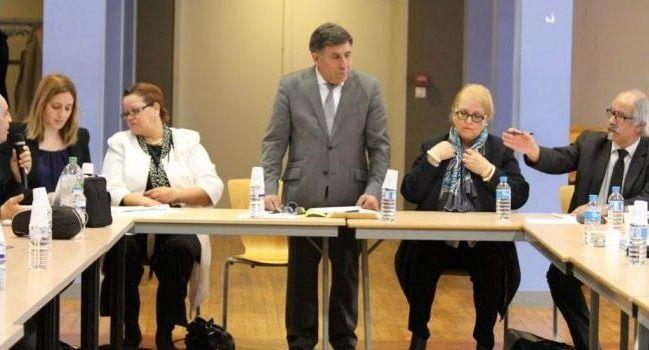 Achour Baali, entouré d'Alia Lassamen et Alain Ferki, ses vice-présidents, d'élus et responsables régionaux./Photo DDM