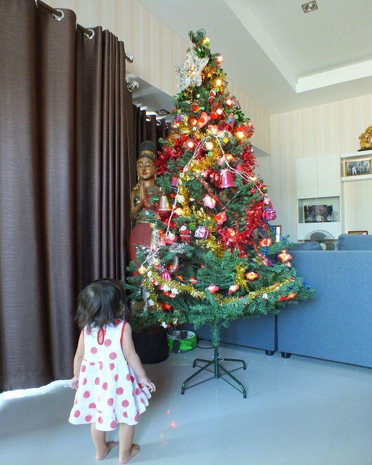Udonthani : Mélanie nous aide à faire le sapin de Noël.