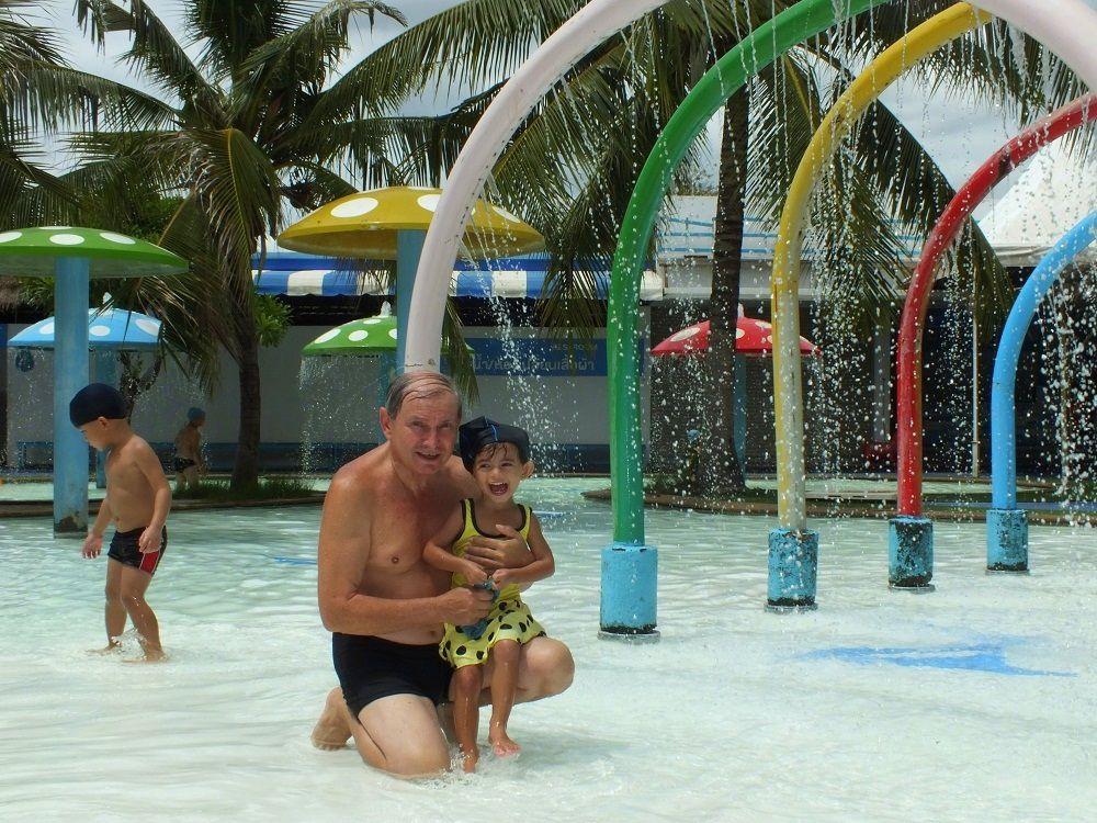 27 juillet 2019 : Udonthani. « Play Port » Une piscine sous les palmiers.