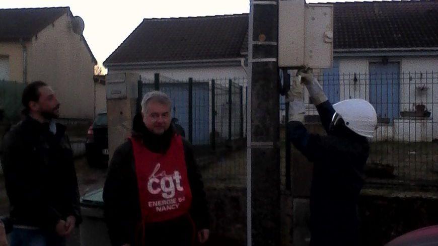 Les syndicalistes CGT interviennent sur un concentrateur d'Enedis à Deuxville © Radio France - Seina Baalouche