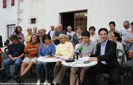 Les différents collectifs anti-Linky se sont réunis le 12 juillet devant la mairie d'Ahetze pour alerter sur la pose forcée des compteurs.