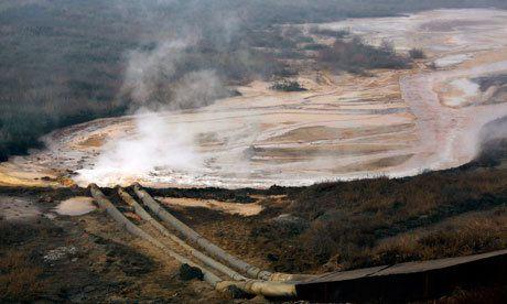 Photo 3 : ci-dessus, l'entreposage peu orthodoxe des résidus des fourneaux d'une usine de transformation des terres rares, Baotou, Chine.