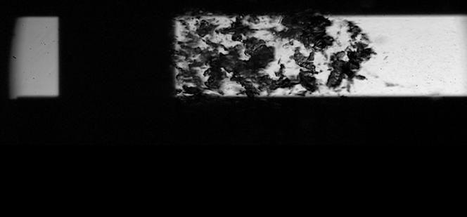 Vue d'un écoulement cavitant dans un microcanal de 1 mm. L'implosion des nuages de vapeur d'eau brise les molécules et crée des radicaux hydroxyles. F. AYELA