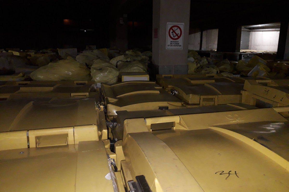 Des sacs de déchets infectieux débordant des bennes et en attente d'être incinérés au centre de Créteil.