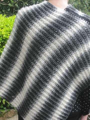 Laines (6/10) : le poncho noir et blanc