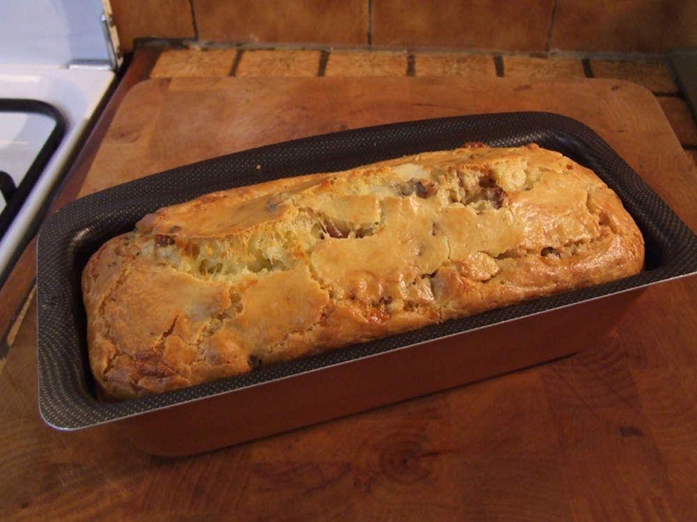 Cake aux noix fraîches, au lard fumé et au Roquefort