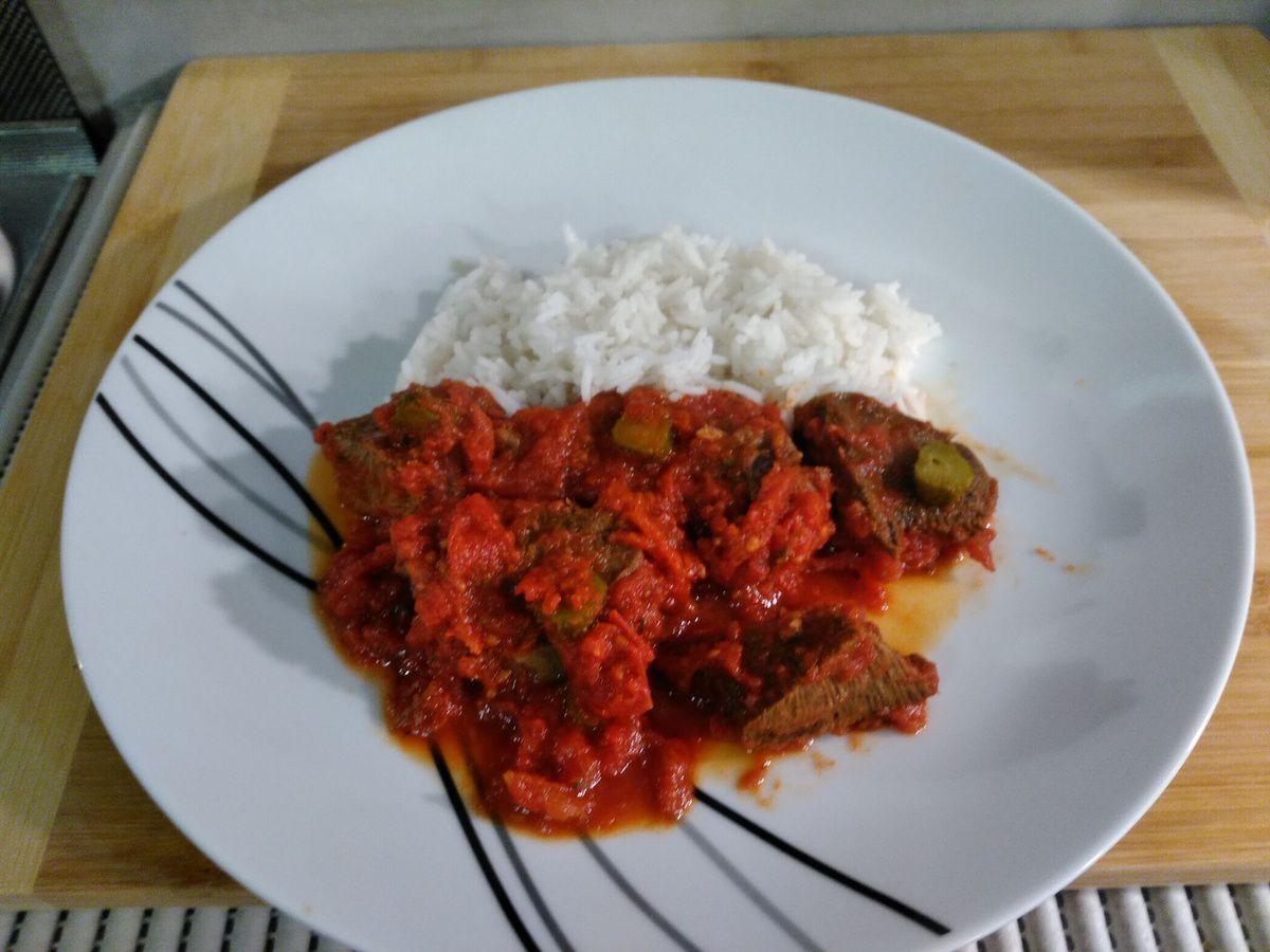 Langue de bœuf sauce piquante à la tomate