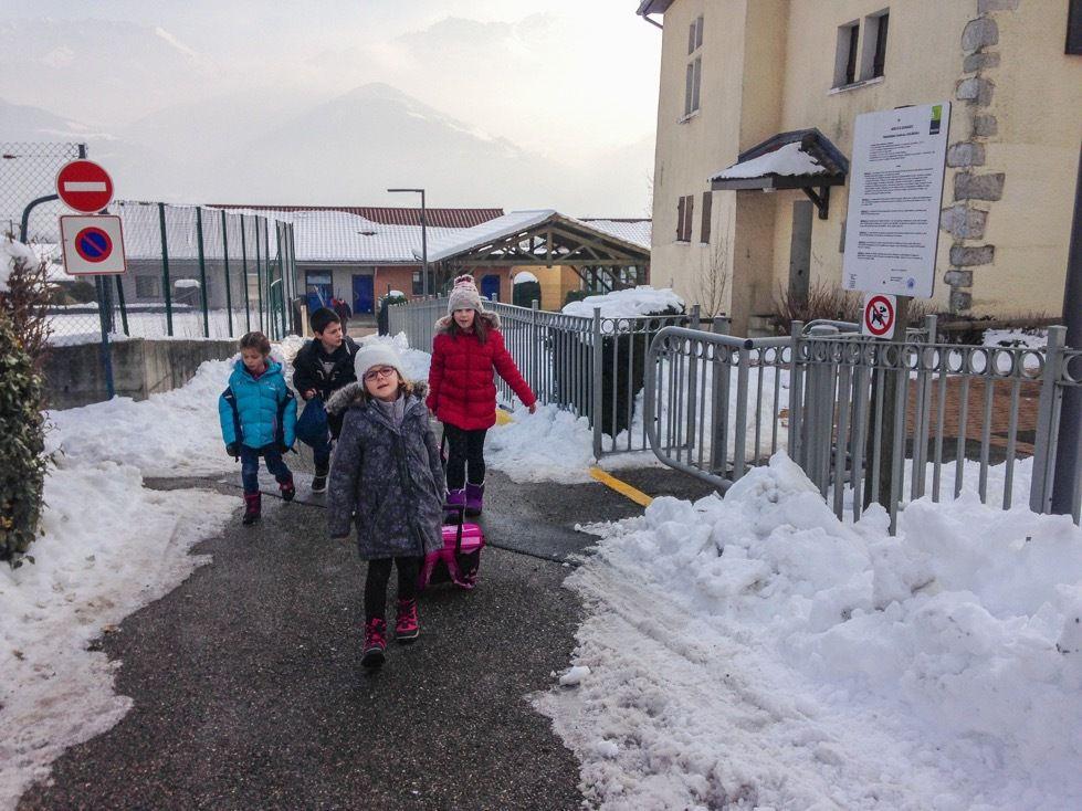 La neige toujours bien présente : une vingtaine de centimètres au sol toujours sur Bernin. Dix-septième jour consécutif et très peu de fonte. Essentiellement du tassement.