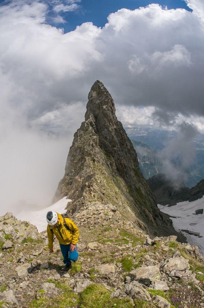 Pic Lamartine. Deux sommets. Le sommet de la crête (d'où est prise la photo) et le pic proprement dit (sur la photo), décalé de la ligne et sur le versant Allemond.