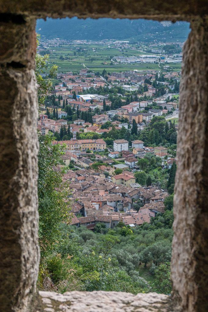 """Vues depuis le château : vers le nord et la """"Croce"""" et à travers une tour vers la ville"""